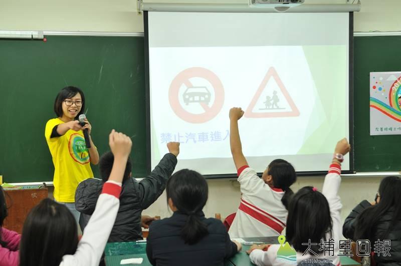 埔里無車日規劃團隊在埔里國小舉辦工作坊,課程中考驗學生對於交通號誌的認知。(柏原祥 攝)