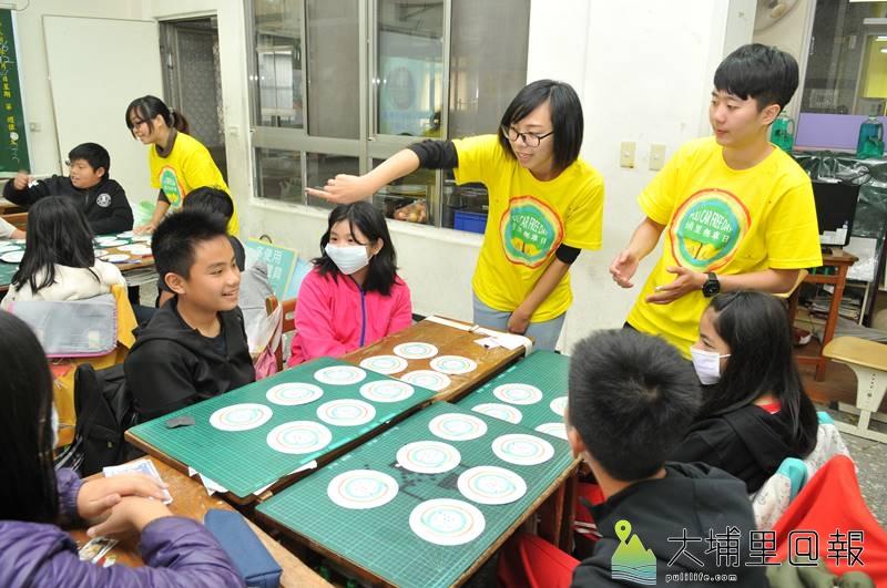 埔里無車日規劃團隊在埔里國小舉辦工作坊,瞭解學生對於友善交通的想像。(柏原祥 攝)