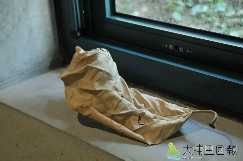 毓繡美術館「另空間」展覽,即使是窗檯旁的一片葉子,也讓人不禁迷惑。(柏原祥 攝)