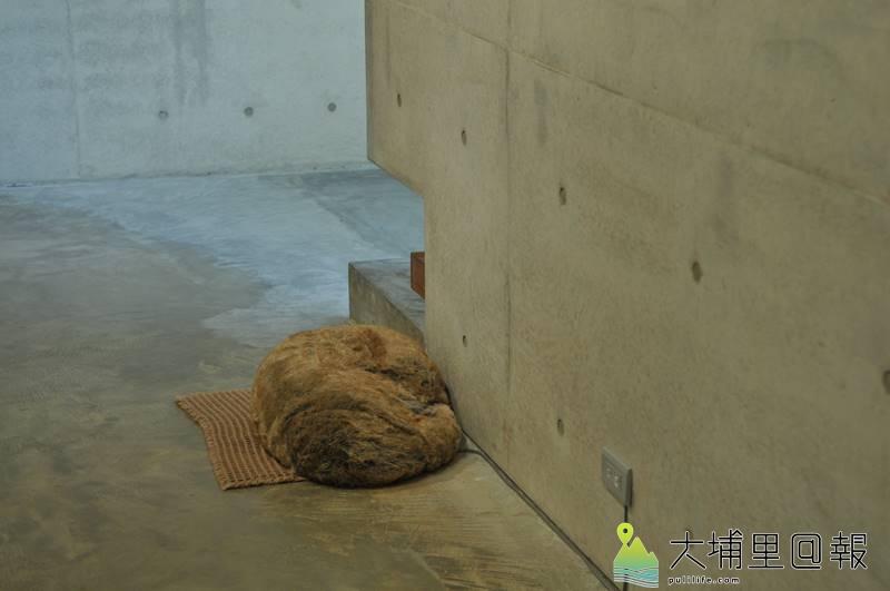 毓繡美術館「另空間」展覽,這隻惟妙惟肖的「流浪狗」會呼吸,其實它也是其中一項作品。(柏原祥 攝)