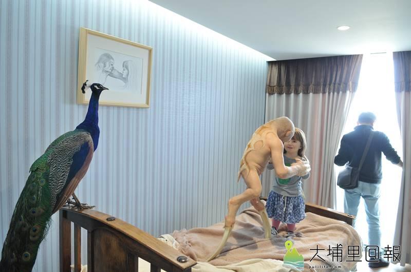 毓繡美術館「另空間」展覽,這樣的空間要表達的是孩子眼中無美醜,反而大人會將目光留在「美麗」的孔雀身上。(柏原祥 攝)