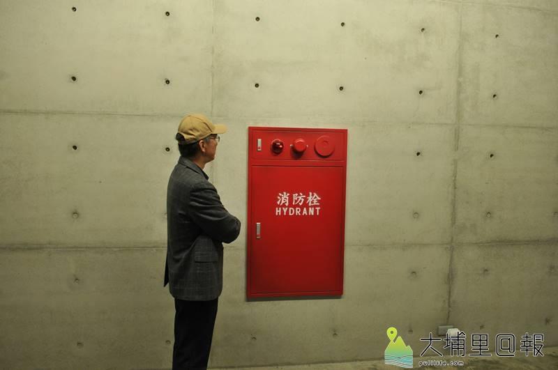 毓繡美術館「另空間」展覽,這具消防栓其實是木板構成的,藝術家高超的技法讓人虛實難辨。(柏原祥 攝)