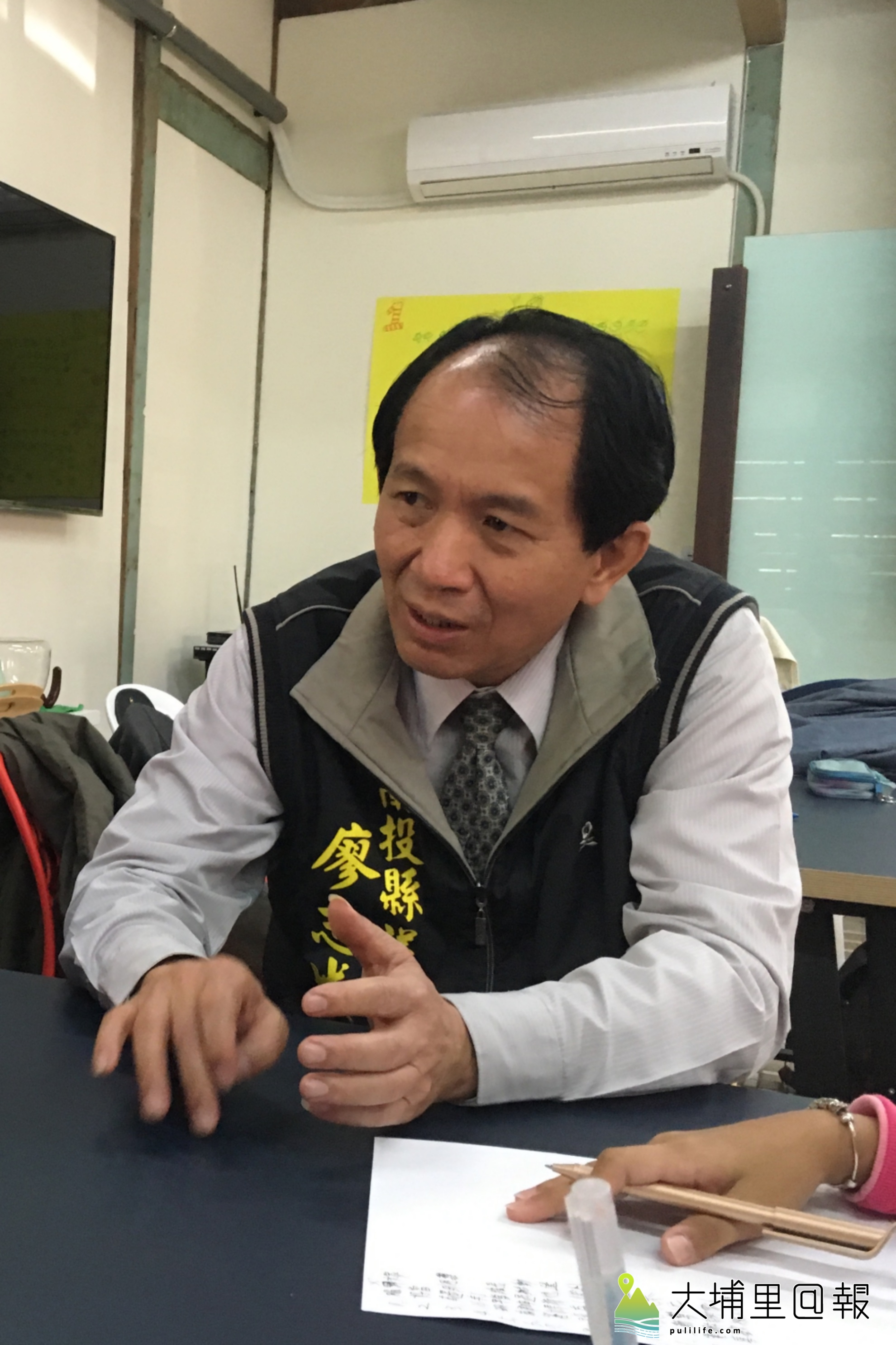 南投縣議員廖志城向小記者說明自己生長、從政的經歷。(拓凱小記者 攝)