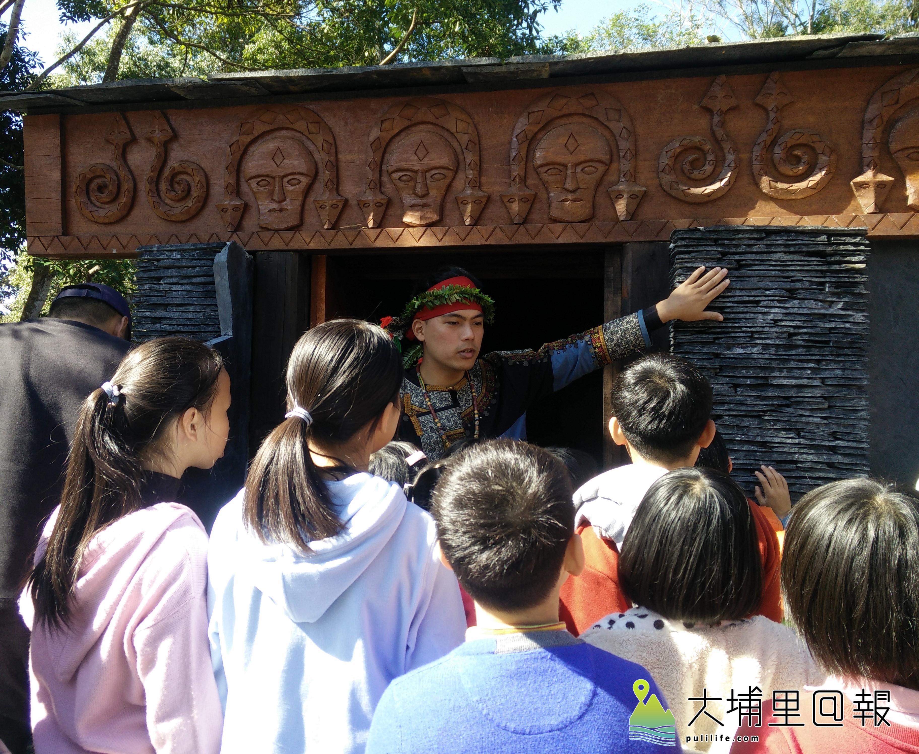 排灣族學生講解石板屋。(唐淑惠  攝)