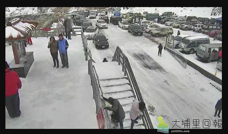 合歡山降雪,成了冰封世界,武嶺停車場爆滿。(圖/翻攝畫面)