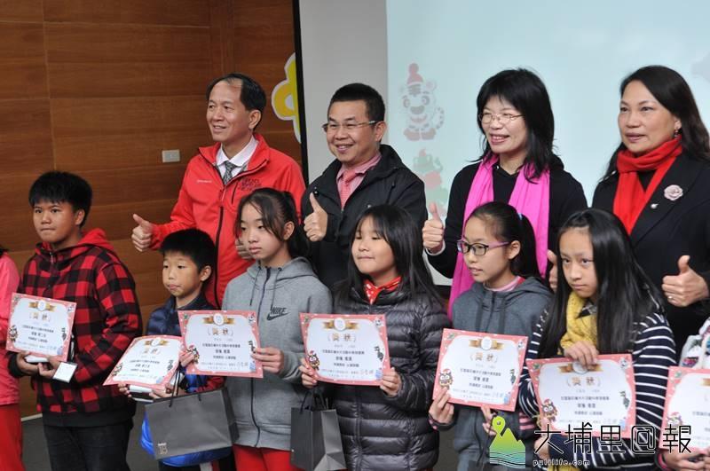 本次共有60位學童獲獎,由廖志城議員(後排左一)、茆晉詳董事長(後排左二)、李孟珍處長(後排右二)及林方伃議員(後排右一)頒獎。(柏原祥 攝)