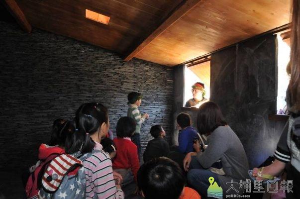 暨大原住民專班同學導覽解說原民文化,圖為同學在排灣族家屋窗邊模擬「情人相會」的場景。(柏原祥 攝)