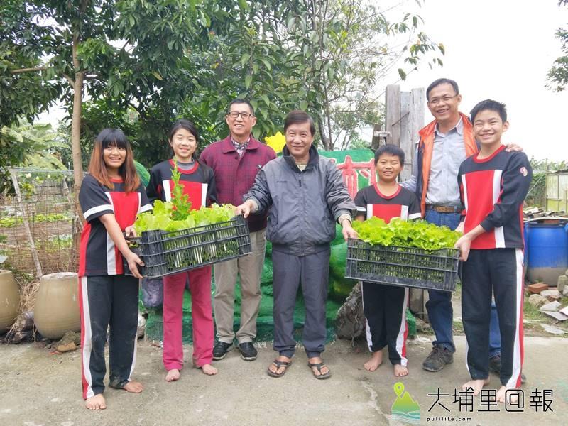 忠孝國小小朋友至菩提長青村食物銀行送自己種的菜做愛心,由「村公」王子華(中)代表接受。
