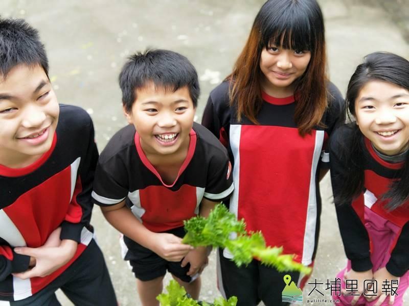 忠孝國小小朋友不僅自己種菜、收成,還將至埔里第三市場賣自己種的菜,大家都很期待。