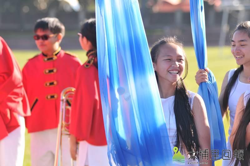 宏仁國中樂旗隊表現優異,但長期面對樂器、制服老舊的問題,善心人士捐贈,同學笑了。(柏原祥 攝)