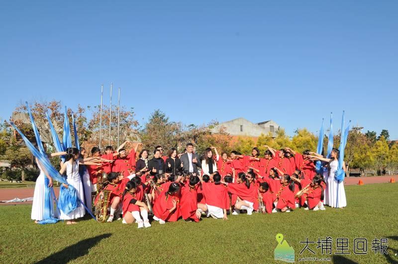 宏仁國中樂旗隊表現優異,但長期面對樂器、制服老舊的問題,善心人士捐贈,同學們相當開心。(柏原祥 攝)