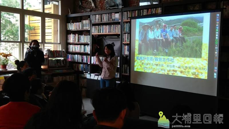 文化部長鄭麗君至埔里鎮訪視,穀笠合作社張森葳說明創辦的緣起與在農村生活的歷程。(陳美珍 攝)