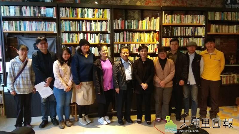 文化部長鄭麗君(右5)至埔里鎮訪視,並聽取在地社造青年簡報,會後座談並合影。(陳美珍 攝)