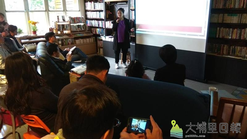 文化部長鄭麗君至埔里鎮訪視,原民舞蹈老師巫佳琪說明在原鄉推動傳統舞蹈的經驗。(陳美珍 攝)