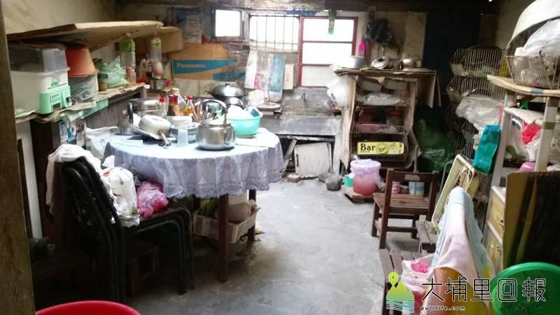 獨居的李阿嬤廚房整理前凌亂的樣貌。(圖/老五老基金會提供)