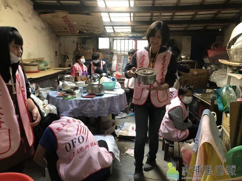 老五老基金會社工與社工實協小廚師志工共同協助整理獨居李阿嬤的廚房。(圖/老五老基金會提供)