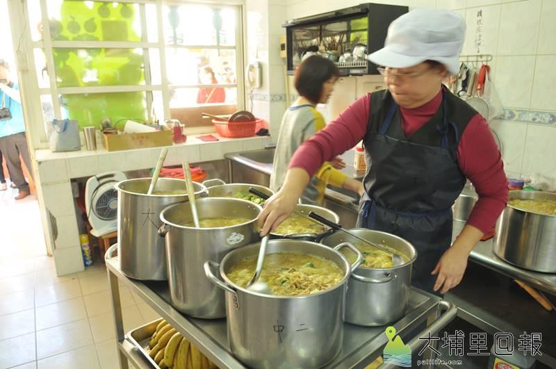 埔里鎮公所全額補助,提供鎮立幼兒園免費營養午餐,圖為廚工準備咖哩麵。(柏原祥 攝)
