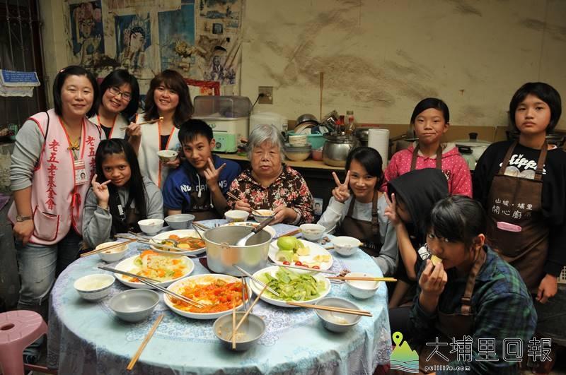 老五老基金會社工與社工實協小廚師共同整理獨居李阿嬤的居家環境,並親手料理了一桌的團圓飯菜。(柏原祥 攝)