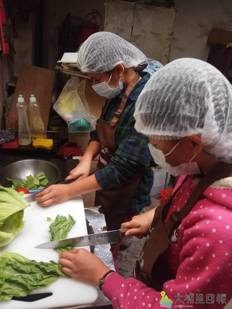 「開心廚房」小廚師與老五老基金會社工共同為獨居老人料理團圓飯。(圖/老五老基金會提供)
