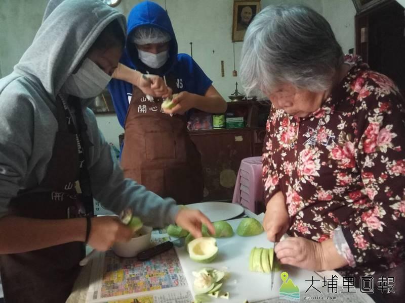 「開心廚房」小廚師與老五老基金會社工共同為獨居老人料理團圓飯,李阿嬤也來幫忙。(圖/老五老基金會提供)