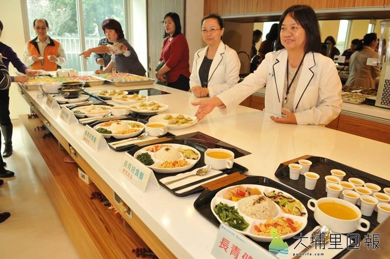 埔基醫院長照教學中心大樓開幕,長青組合餐餐點經過細緻處理,適合老人咀嚼。(柏原祥 攝)