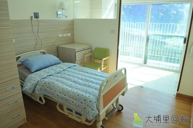 埔基醫院長照教學中心大樓成立,圖為愛蘭護理之家的房間,都有明亮的落地窗。(柏原祥 攝)