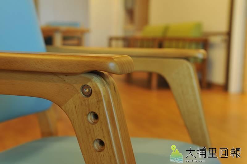 埔基醫院長照教學中心大樓開幕,愛蘭護理之家的椅子扶手設有溝槽設計,方便老人起身。(柏原祥 攝)