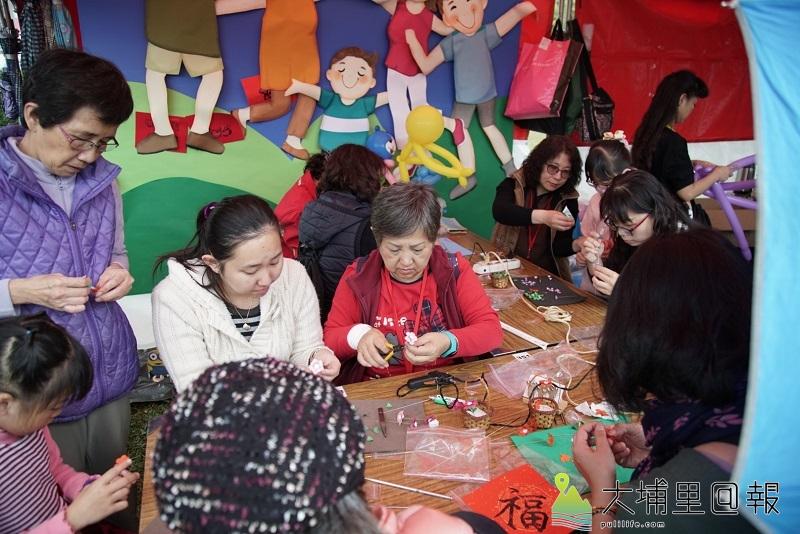 貓羅溪社區大學紙雕DIY課程體驗-小巧精緻的紙雕作品吸引民眾報名參與。現場有多位志工協助教學。(陳政宇 攝)
