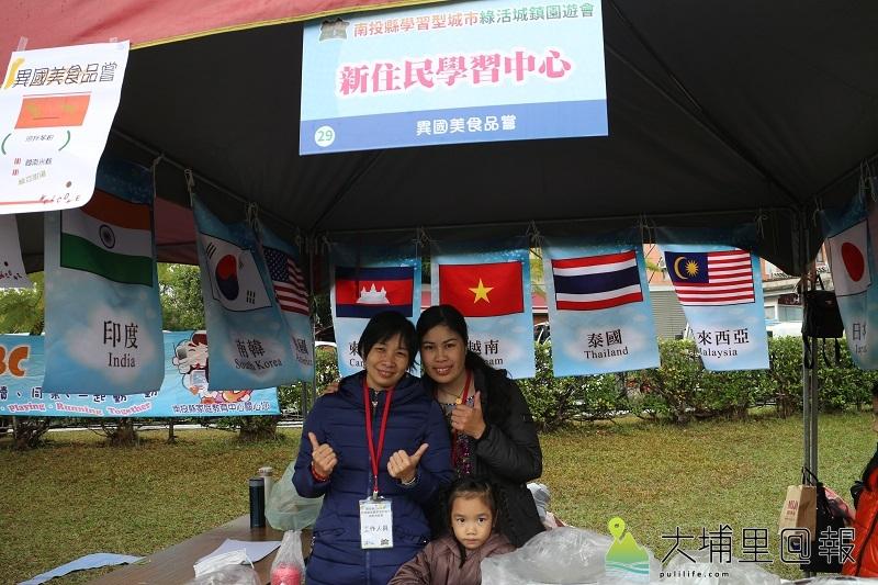 新住民學習中心越南媽媽以手做東南亞甜點和現場民眾分享家鄉美食。(黃雅涵 攝)
