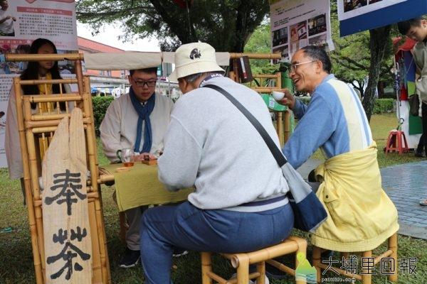 魚池國中學生帶領民眾品茶,認識紅茶文化。