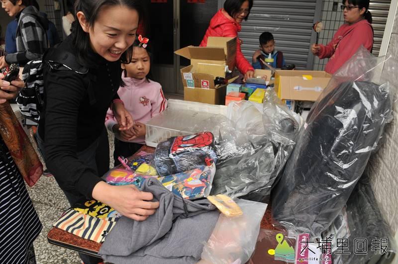 彩虹媽媽們整理家中多餘的物品,舉辦了小型的跳蚤市場。(柏原祥 攝)