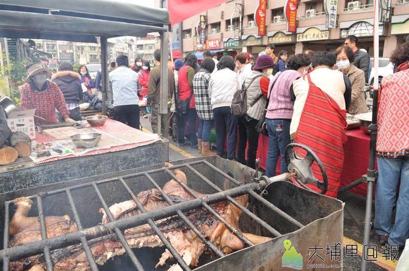 牛耳藝術渡假村董事長黃炳松委託專業廚師製作1500份刈包送給街友或弱勢民眾,豬肉還是現烤,現場暖烘烘。(柏原祥 攝)