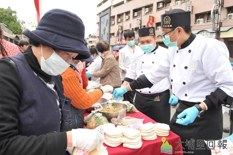 牛耳藝術渡假村董事長黃炳松寒冬送暖,委託專業廚師製作1500份刈包送給街友。(柏原祥 攝)