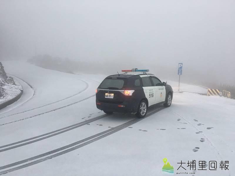 強烈大陸冷氣團來襲,台14甲線合歡山公路也積雪。(圖/仁愛警分局提供)