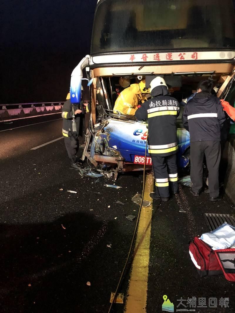 國道6號陸客遊覽車車禍,消防人員破壞車體,救出受困的駕駛。(圖/南投縣消防局提供)