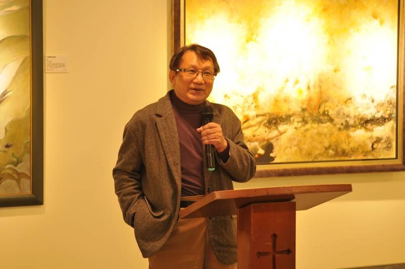 醫師畫家林介山捐出畫作,在埔基長照教學中心大樓義賣,為長照教學中心募款。(柏原祥 攝)
