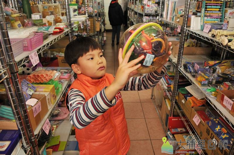 環保家寄賣租格專賣店擁有多樣的二手玩具,小朋友在這裡挖寶很有樂趣。(柏原祥 攝)