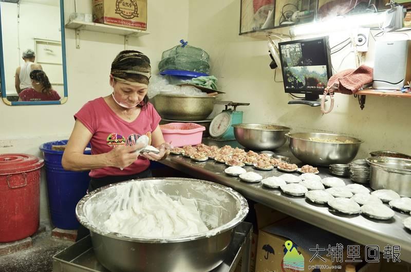 菊肉圓的老闆娘戴著口罩,細心的「照顧」每一顆肉圓。(柏原祥 攝)