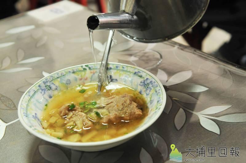 吃完肉圓來一碗「洗碗湯」,這是發源於埔里的獨特吃法。(柏原祥 攝)