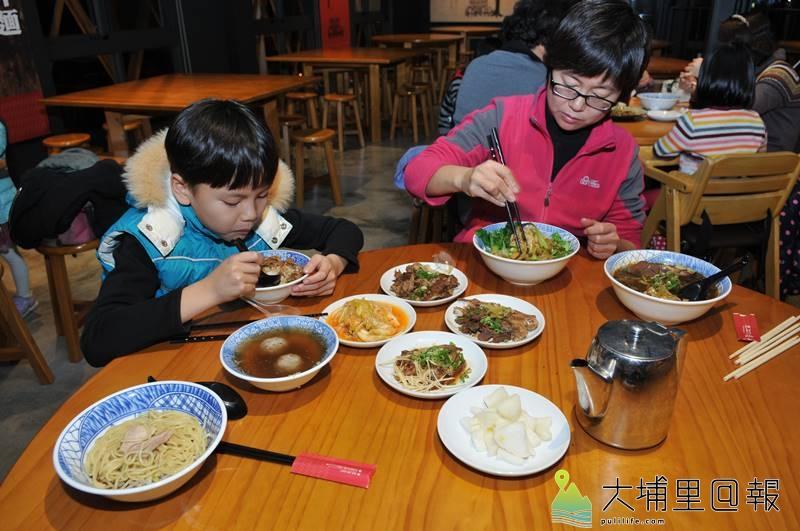 埔里有些切仔麵店如古月軒還保留了茶壺「洗碗湯」的習慣。(柏原祥 攝)