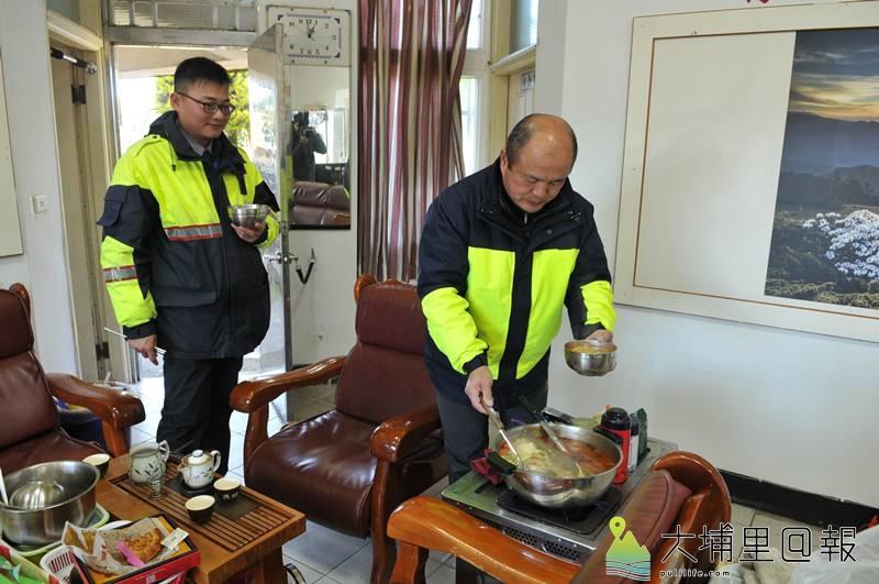 即使是過年留守,翠峰派出所員警一樣不能免俗來圍爐,吃簡單的火鍋驅寒。(柏原祥 攝)