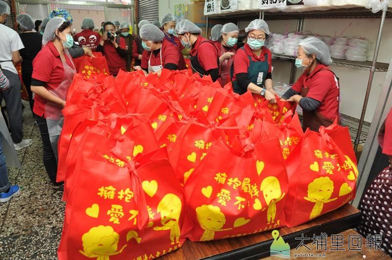 埔里老五老志工們打包年菜,準備送給獨居老人。(柏原祥 攝)