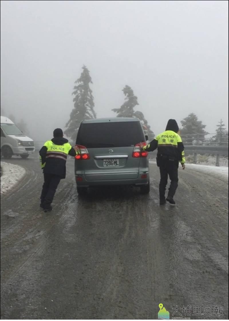 仁愛警分局翠峰派出所員警在合歡山下雪時,經常要上山執行雪地勤務,即使過年也一樣忙碌。(圖/仁愛警分局提供)