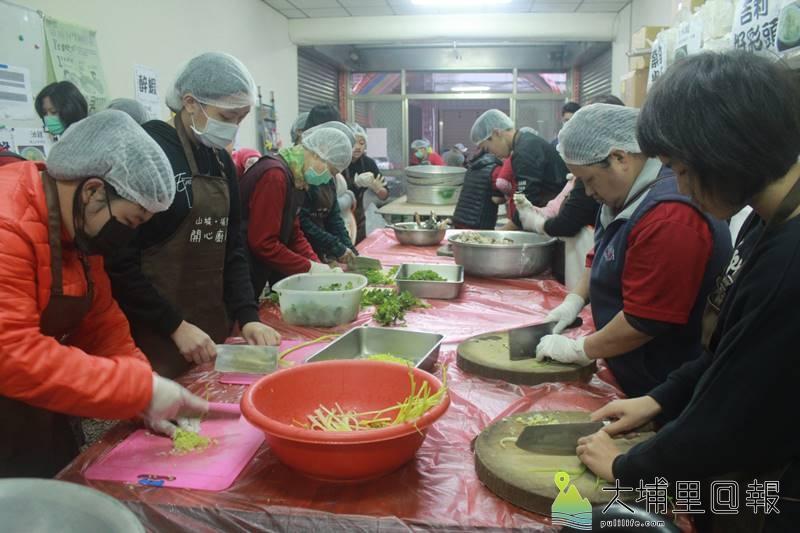 埔里老五老志工料理年菜,送給獨居老人過個豐盛的年。(圖/老五老基金會提供)