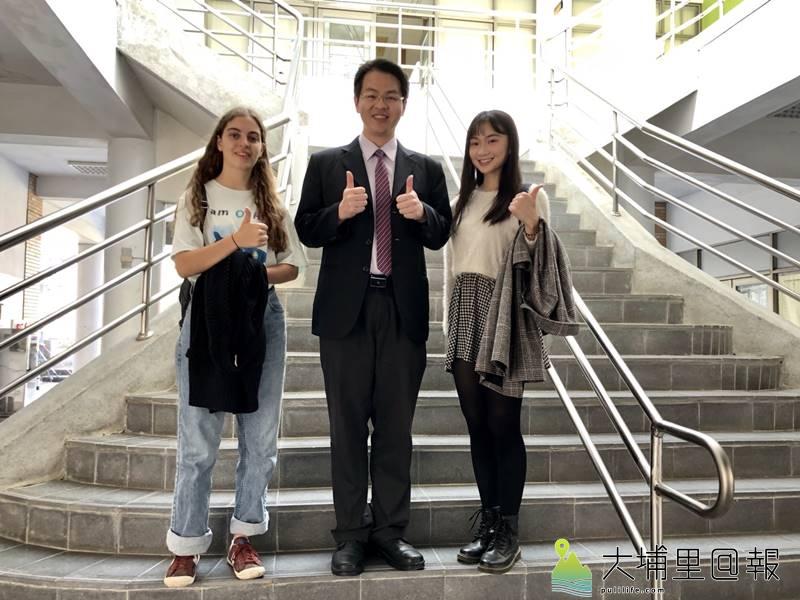 暨大附中校友台灣小姐高曼容(右)回娘家與學弟妹分享自己的夢想,來自澳洲的Nancy(左)就讀高二,與校長張正彥合影。(圖/暨大附中提供)