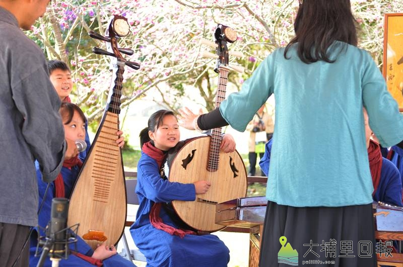 暨南大學櫻花盛開,校方結合茶與音樂,邀請內湖國小前來演奏古調。(柏原祥 攝)