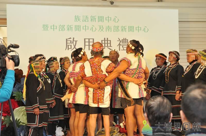 原住民新聞台中部新聞中心設置在埔里,來自信義鄉羅娜部落的村民以八部合音祈福。(柏原祥 攝)