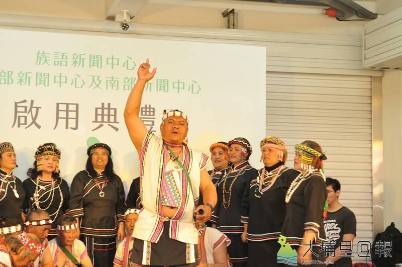 原住民新聞台中部新聞中心設置在埔里,來自信義鄉羅娜部落的村民以「報戰功」祈福。(柏原祥 攝)
