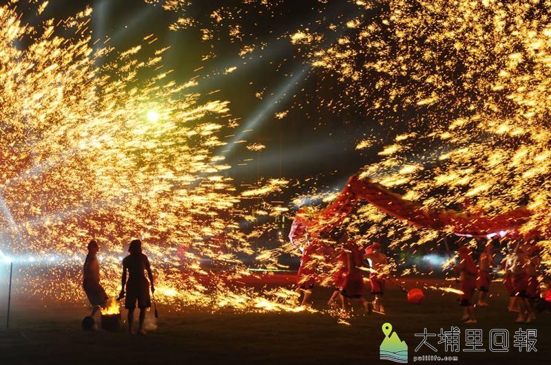 重慶銅梁火龍在埔里國中表演,震撼畫面吸引許多鎮民前來觀賞。(柏原祥 攝)