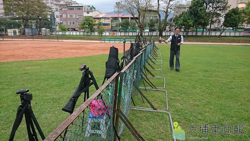 攝影人士為拍攝埔里國中舉辦的銅梁火龍表演,一早以腳架在校內球場圍籬旁卡位。(圖/民眾提供)